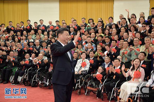 5月16日,党和国家领导人习近平、李克强、王沪宁等在北京人民大会堂会见第六次全国自强模范暨助残先进表彰大会代表。新华社记者 李学仁 摄