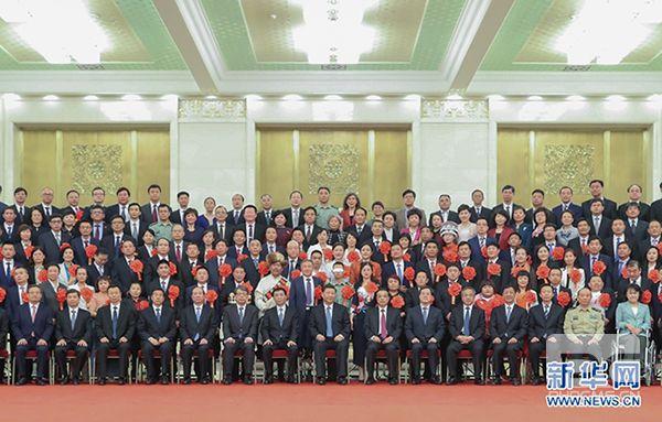 5月16日,党和国家领导人习近平、李克强、王沪宁等在北京人民大会堂会见第六次全国自强模范暨助残先进表彰大会代表。新华社记者 丁林 摄